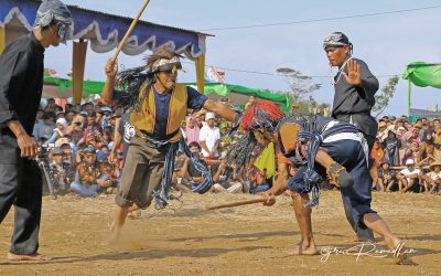 Ritual Pemanggil Hujan Dengan Adu Pukul Pria Dewasa di Ujungan Gumelem